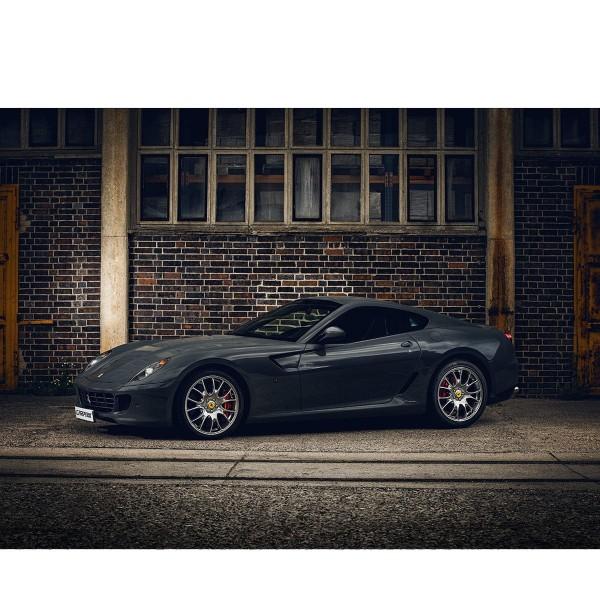 Ferrari 599 vor Ziegelwand