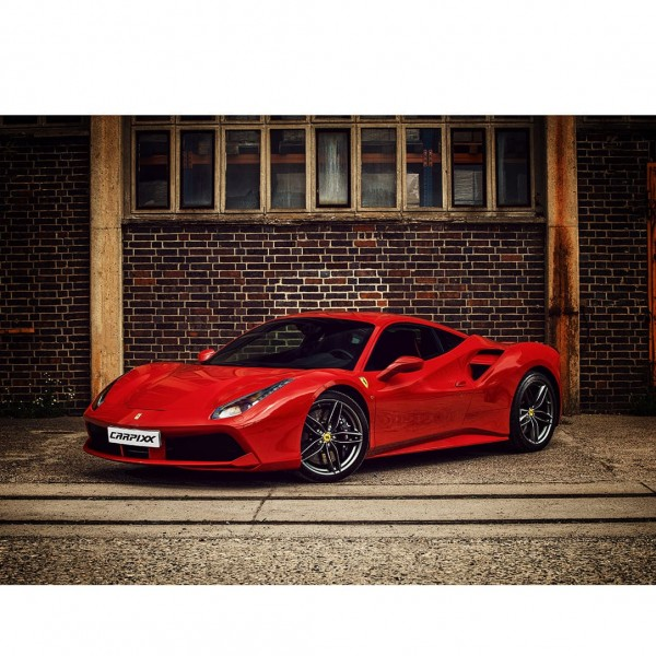 Ferrari 488 vor Ziegelwand