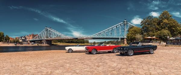 Wandbild 1966 Ford Mustang Cabrios vor Blauem Wunder