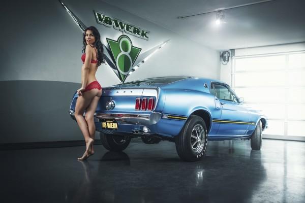 Wandbild Ford Mustang Fastback CobraJet mit Model Christian Unterwäsche