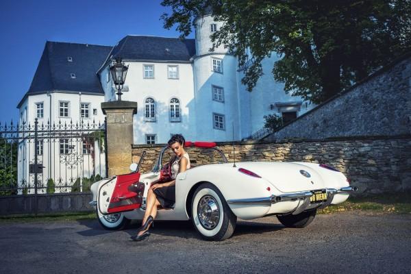 Wandbild 1960 Corvette C1 mit Model Christiane sitzend vor Schloss Bärenstein