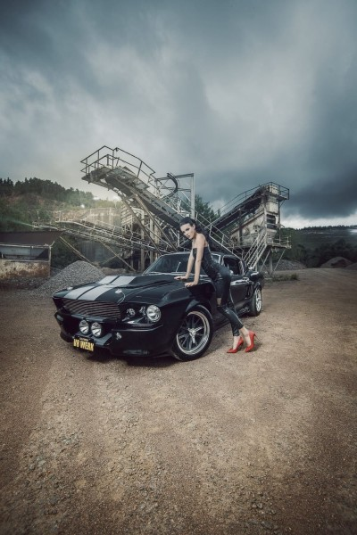 Wandbild 1967 Ford Mustang Eleanor schwarz mit Model Christiane